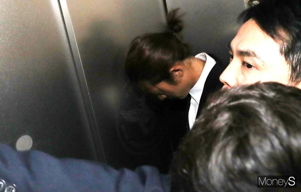 Jung Joon Young chính thức trình diện trong phiên thẩm vấn đầu tiên: Mặt mũi phờ phạc, phóng viên vây kín hỏi dồn dập - Ảnh 14.