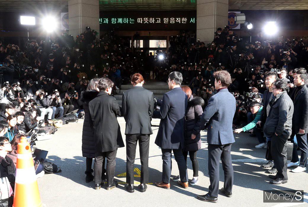 Clip Jung Joon Young chính thức trình diện trong phiên thẩm vấn đầu tiên: Phờ phạc, bị phóng viên vây kín, hỏi dồn dập - Ảnh 5.