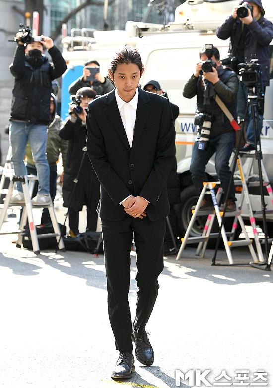 Jung Joon Young chính thức trình diện trong phiên thẩm vấn đầu tiên: Mặt mũi phờ phạc, phóng viên vây kín hỏi dồn dập - Ảnh 8.
