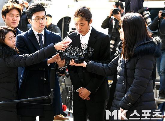 Jung Joon Young chính thức trình diện trong phiên thẩm vấn đầu tiên: Mặt mũi phờ phạc, phóng viên vây kín hỏi dồn dập - Ảnh 4.