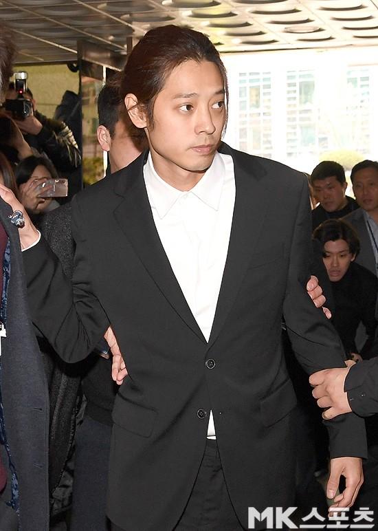 Jung Joon Young chính thức trình diện trong phiên thẩm vấn đầu tiên: Mặt mũi phờ phạc, phóng viên vây kín hỏi dồn dập - Ảnh 10.