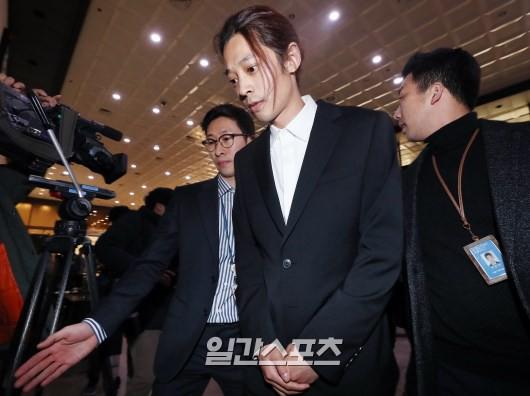 Jung Joon Young chính thức trình diện trong phiên thẩm vấn đầu tiên: Mặt mũi phờ phạc, phóng viên vây kín hỏi dồn dập - Ảnh 9.