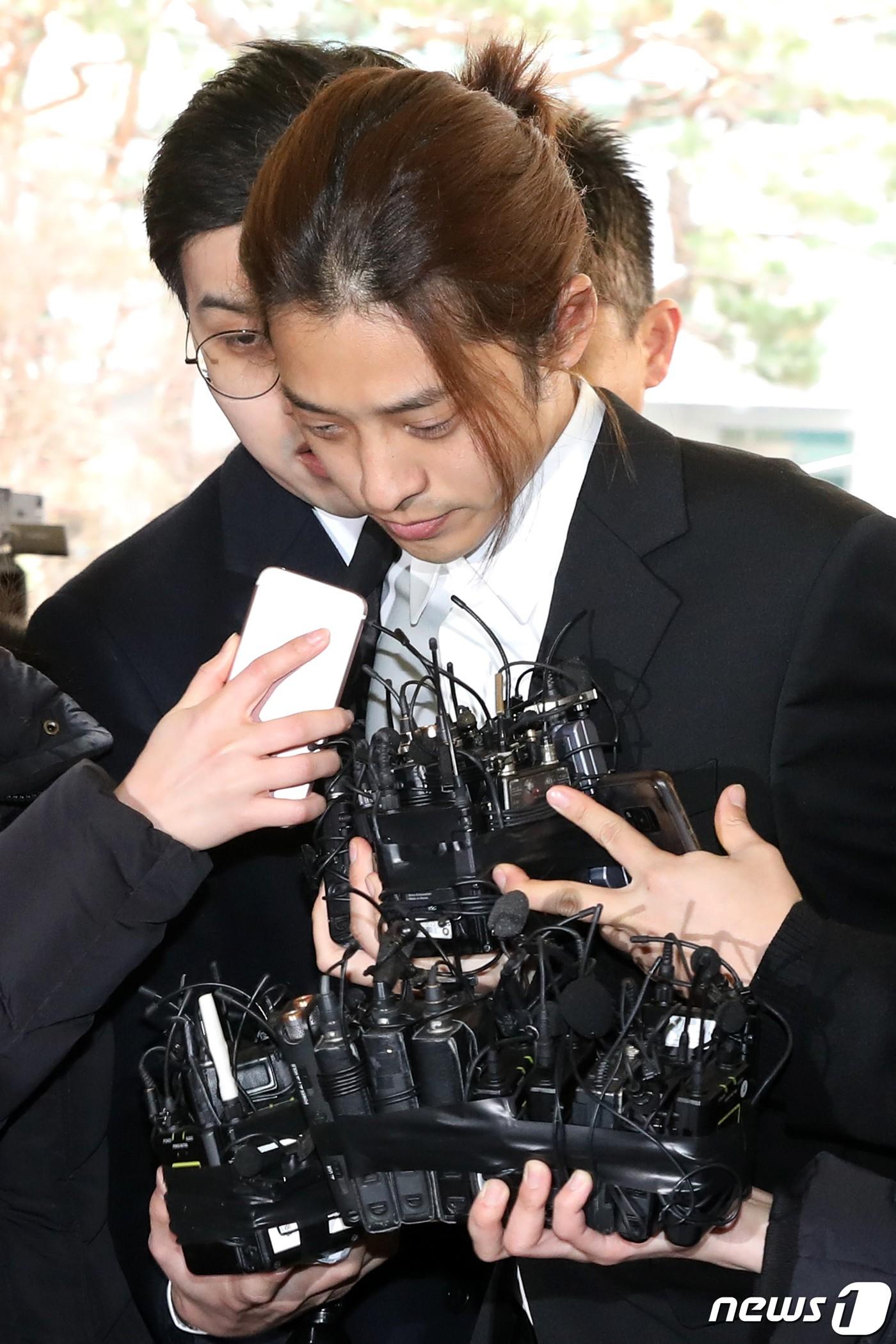 Jung Joon Young chính thức trình diện trong phiên thẩm vấn đầu tiên: Mặt mũi phờ phạc, phóng viên vây kín hỏi dồn dập - Ảnh 12.