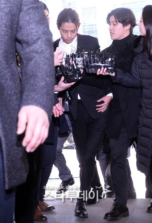 Jung Joon Young chính thức trình diện trong phiên thẩm vấn đầu tiên: Mặt mũi phờ phạc, phóng viên vây kín hỏi dồn dập - Ảnh 5.