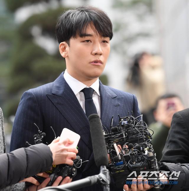 Clip Seungri chính thức trình diện để thẩm vấn: Vẫn đi xe sang nhưng tiều tuỵ hẳn, mắt đỏ rưng rưng xin lỗi nạn nhân - Ảnh 16.