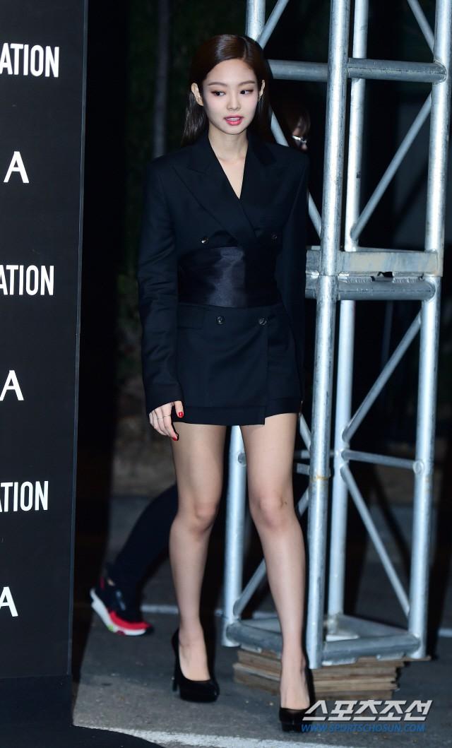 Jennie (Black Pink) lộ diện sau tin đồn chấn động: Vừa tươi tắn vừa sang chảnh, nhưng suýt hớ hênh vì váy quá ngắn - Ảnh 2.