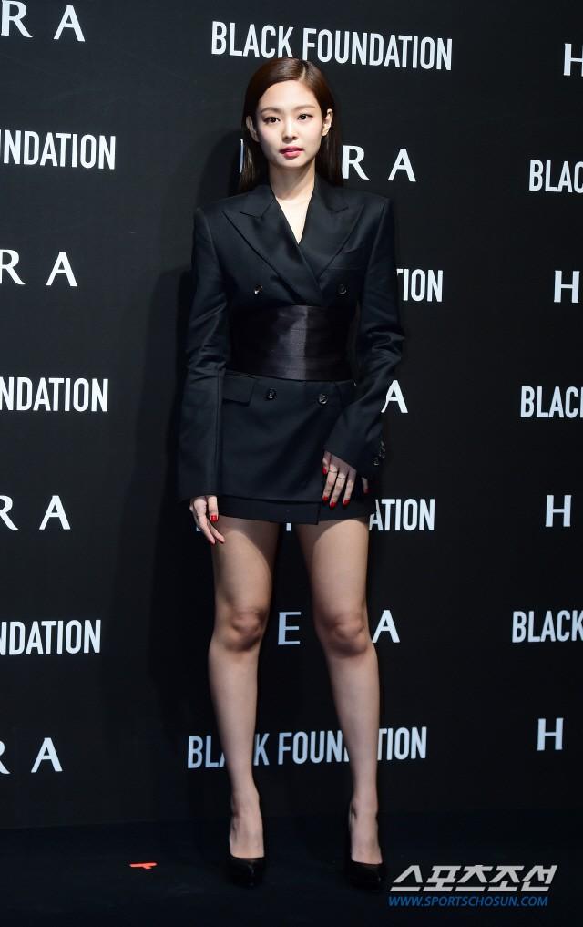 Jennie (Black Pink) lộ diện sau tin đồn chấn động: Vừa tươi tắn vừa sang chảnh, nhưng suýt hớ hênh vì váy quá ngắn - Ảnh 4.