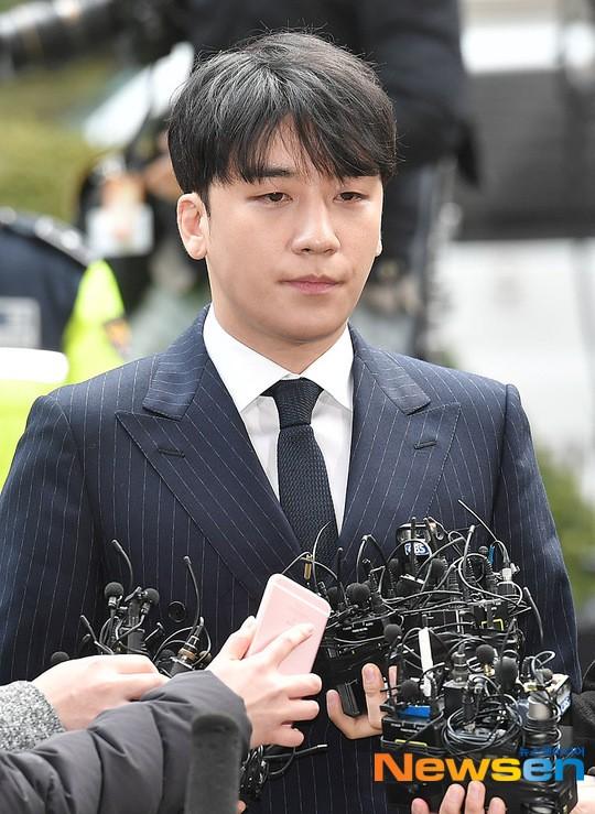 Clip Seungri chính thức trình diện để thẩm vấn: Vẫn đi xe sang nhưng tiều tuỵ hẳn, mắt đỏ rưng rưng xin lỗi nạn nhân - Ảnh 15.