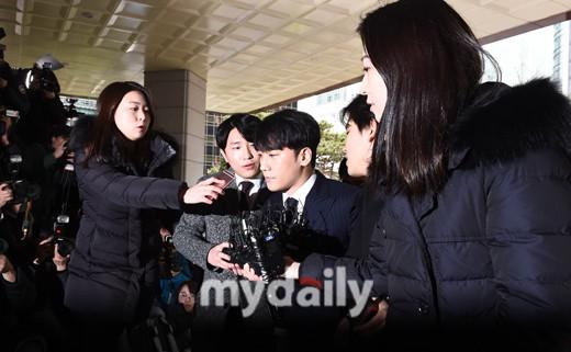 Clip Seungri chính thức trình diện để thẩm vấn: Vẫn đi xe sang nhưng tiều tuỵ hẳn, mắt đỏ rưng rưng xin lỗi nạn nhân - Ảnh 18.