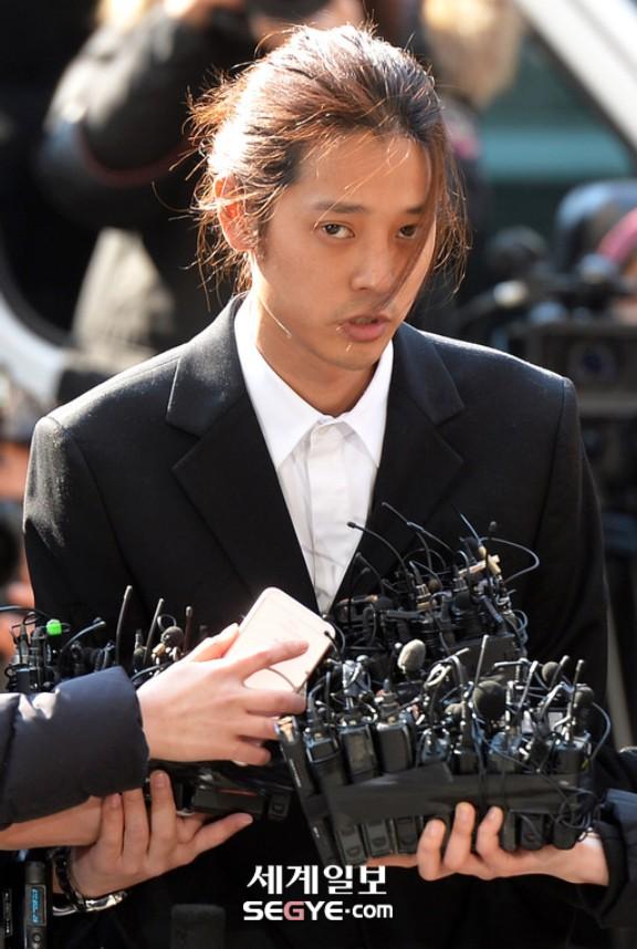 Jung Joon Young chính thức trình diện trong phiên thẩm vấn đầu tiên: Mặt mũi phờ phạc, phóng viên vây kín hỏi dồn dập - Ảnh 11.