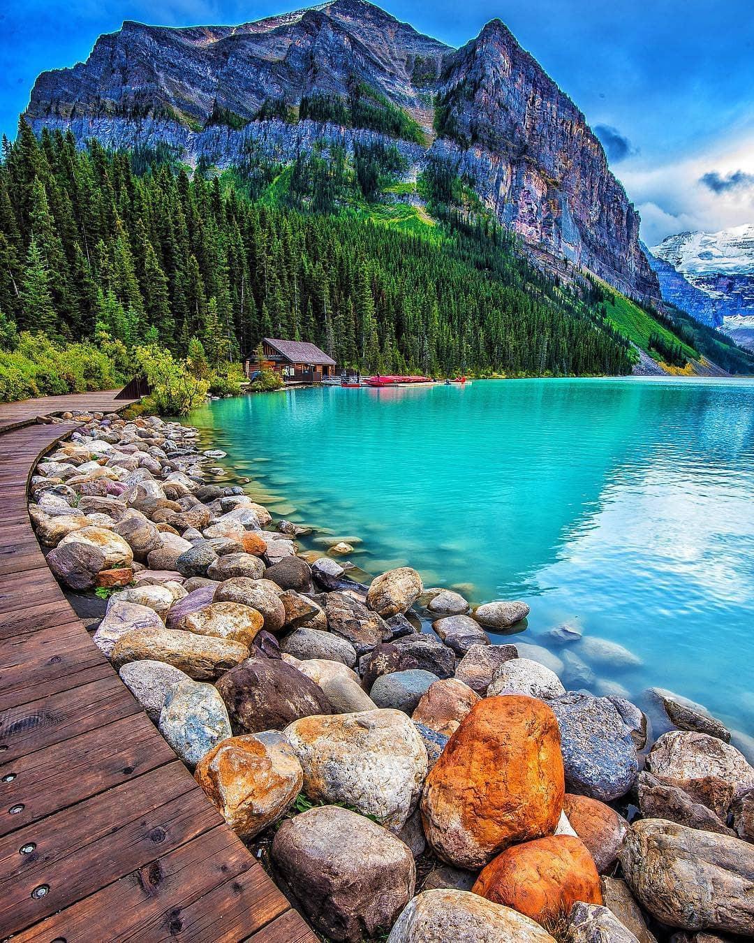 Có gì hay ở hồ nước màu xanh ngọc bích được mệnh danh là thiên đường trần gian ở Canada? - Ảnh 1.