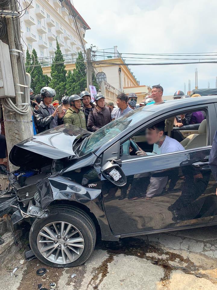 Thanh niên ôm vô lăng lắc lư, nhún nhảy say sưa sau khi tông trúng hàng loạt ô tô, xe máy ở Đà Lạt - Ảnh 3.