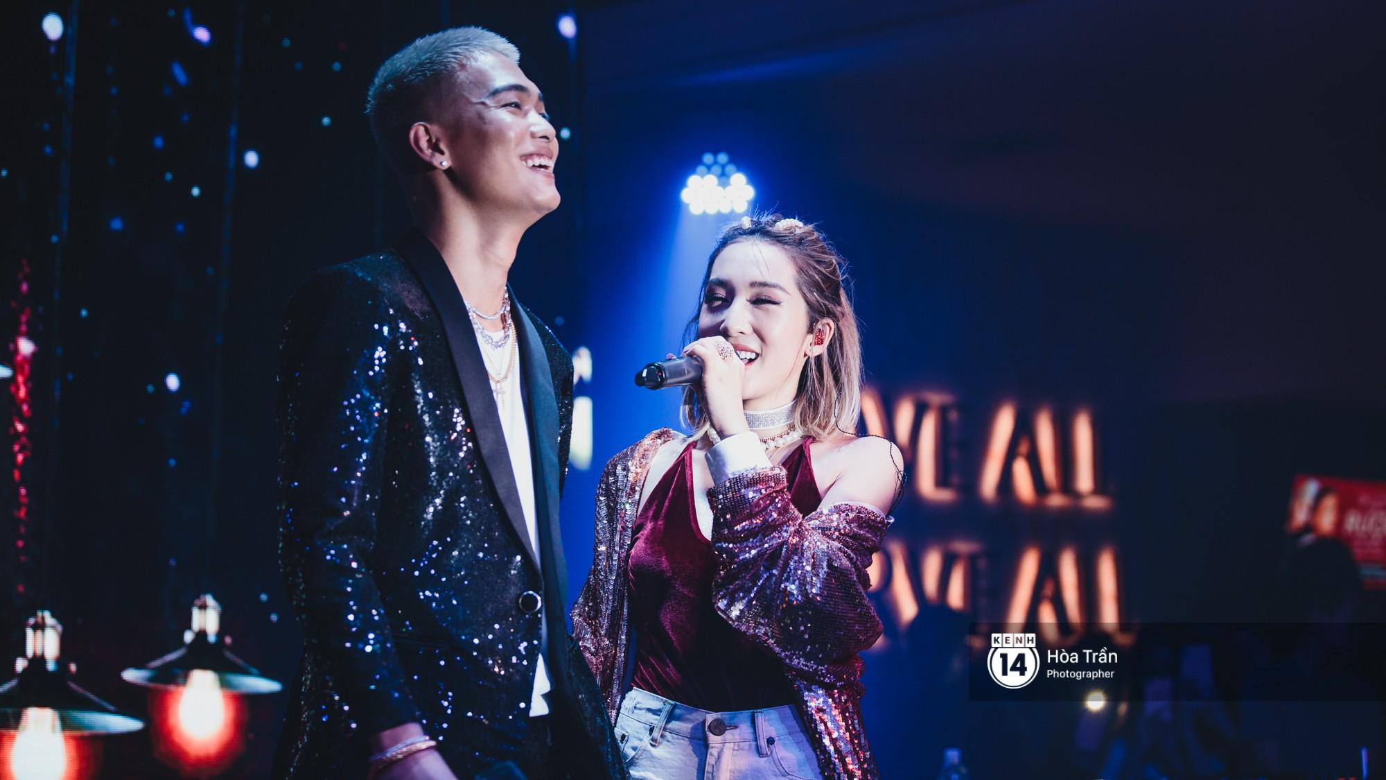 Emily và Big Daddy khóa môi nhau cực ngọt, công khai nói lời yêu lãng mạn tại concert đầu tiên trong sự nghiệp - Ảnh 1.