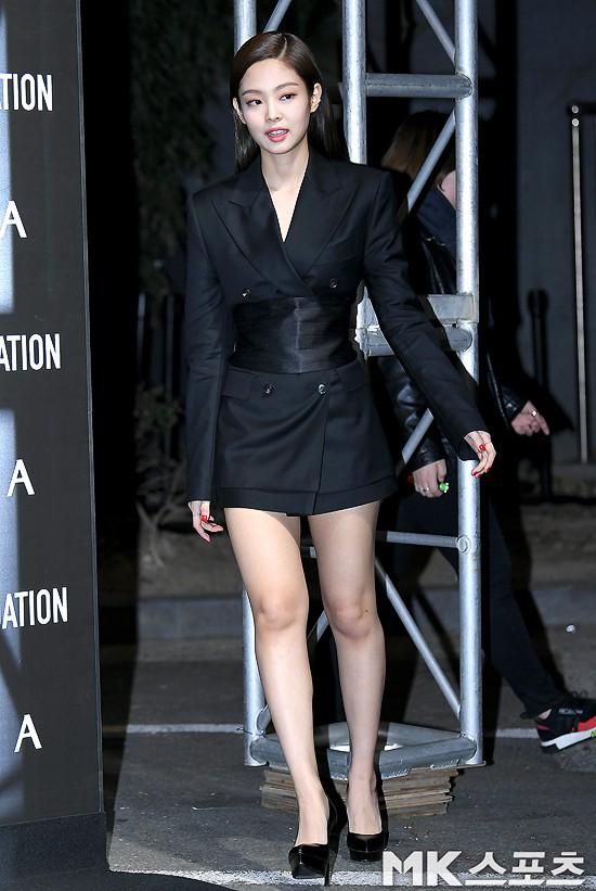 Jennie (Black Pink) lộ diện sau tin đồn chấn động: Vừa tươi tắn vừa sang chảnh, nhưng suýt hớ hênh vì váy quá ngắn - Ảnh 1.