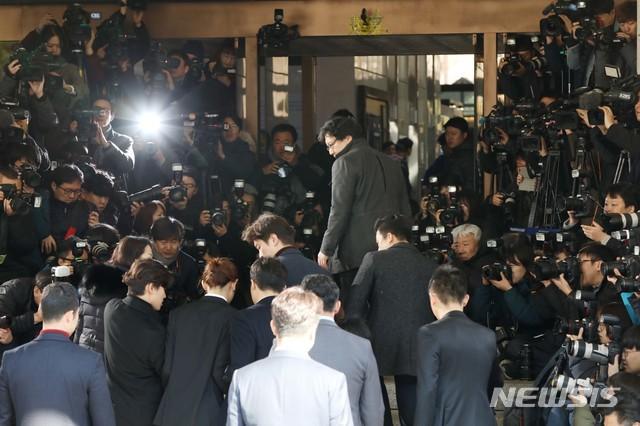 Jung Joon Young chính thức trình diện trong phiên thẩm vấn đầu tiên: Mặt mũi phờ phạc, phóng viên vây kín hỏi dồn dập - Ảnh 2.