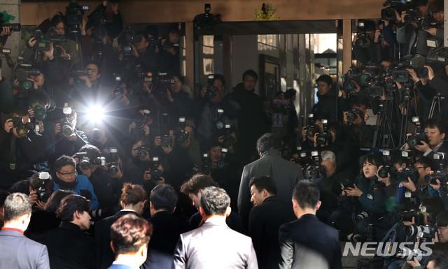 Jung Joon Young chính thức trình diện trong phiên thẩm vấn đầu tiên: Mặt mũi phờ phạc, phóng viên vây kín hỏi dồn dập - Ảnh 1.