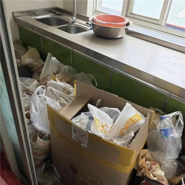 Đẹp trai, học thạc sĩ nhưng phòng trọ của nam sinh này ngập chìm trong rác rưởi đến nỗi không có chỗ bước đi - Ảnh 3.