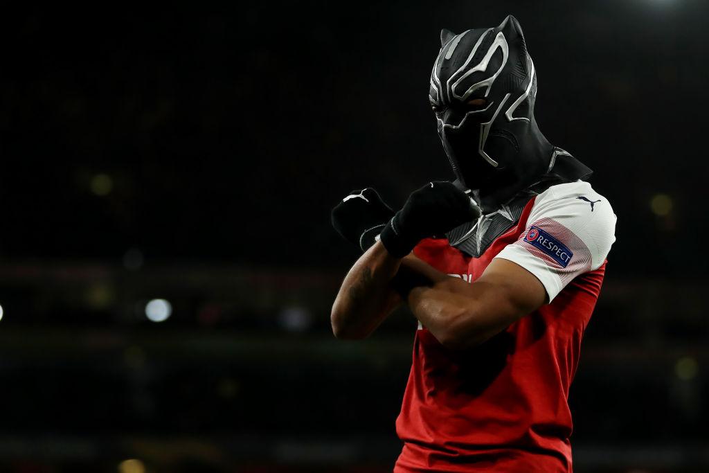 Lý do gì khiến tiền đạo Arsenal nhận thẻ vàng khi ăn mừng với mặt nạ Chiến binh báo đen? - Ảnh 1.