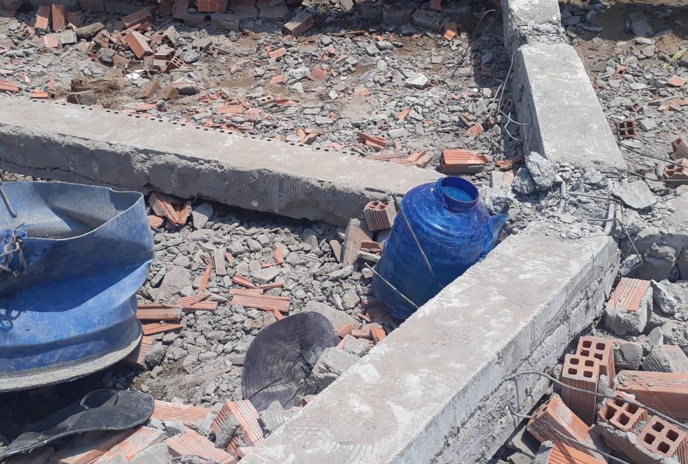 Vĩnh Long: Sập tường công trình nhà xưởng, ít nhất 15 người bị vùi lấp trong đó có 5 người tử vong - Ảnh 1.
