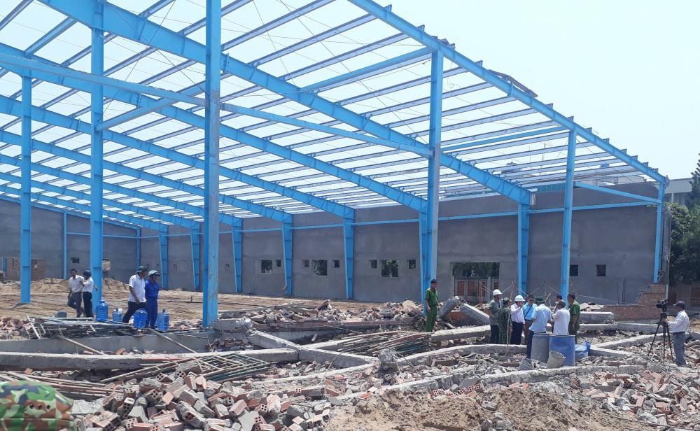 Vĩnh Long: Sập tường công trình nhà xưởng, ít nhất 15 người bị vùi lấp trong đó có 5 người tử vong - Ảnh 2.