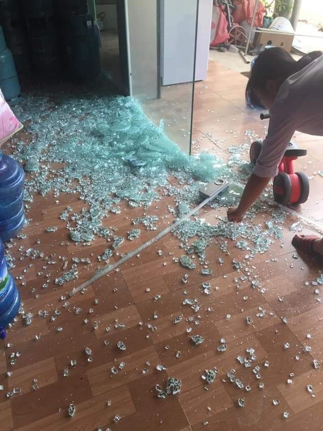 Clip: Bé trai đùa nghịch với cửa kính thuỷ lực, bất ngờ bị hàng trăm mảnh vỡ đổ ập xuống người - Ảnh 3.