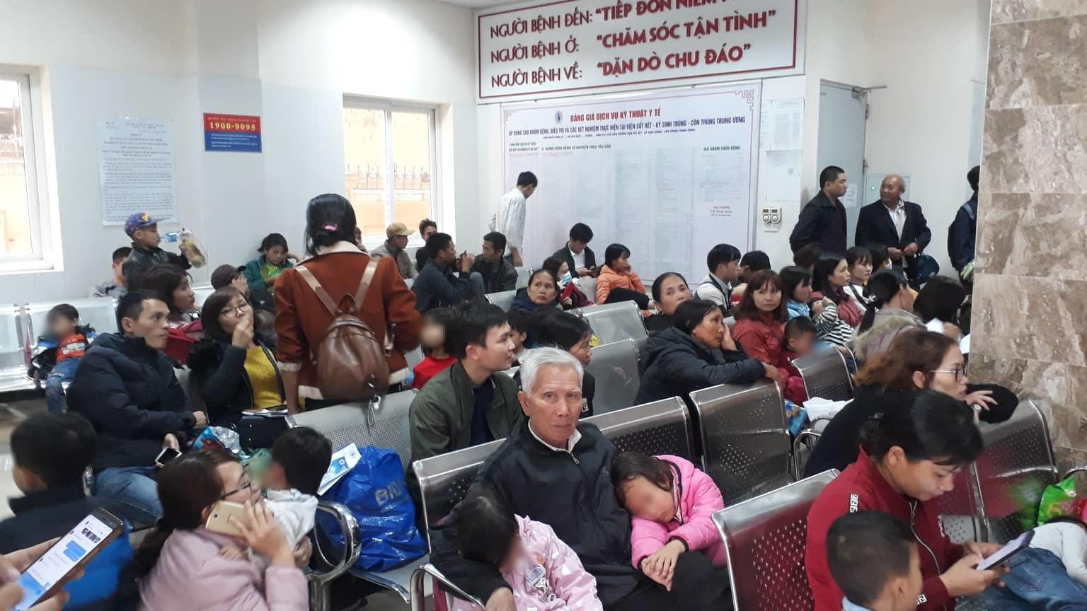 Nghi ăn phải thịt lợn nổi đầy hạch trắng, 400 trẻ mầm non Bắc Ninh xuống Hà Nội xếp hàng xét nghiệm sán lợn - Ảnh 2.