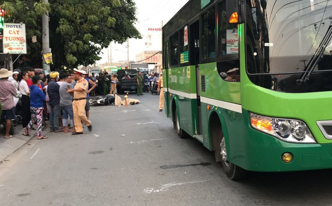 Phanh gấp tránh ô tô nên ngã ra đường, người đàn ông bị xe buýt cán tử vong - Ảnh 1.
