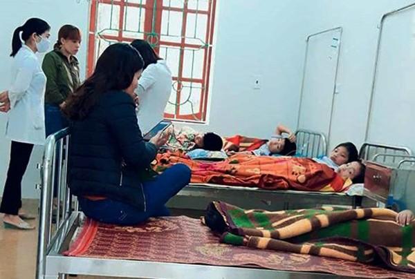 Hà Tĩnh: 7 học sinh nhập viện cấp cứu sau bữa sáng tại cổng trường - Ảnh 1.