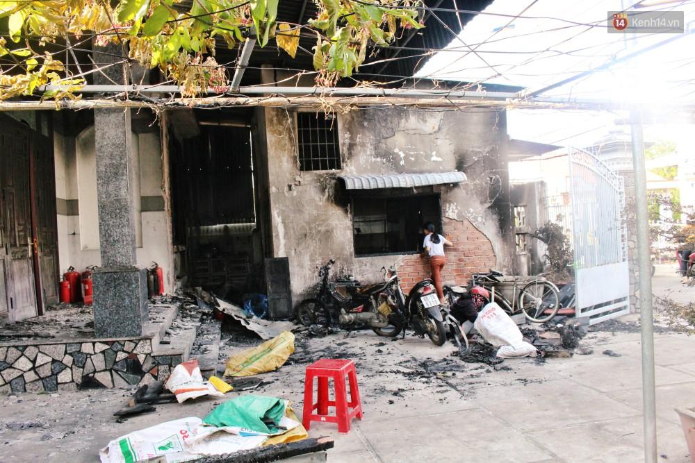 Chùm ảnh: Hiện trường vụ cháy tang thương ở Vũng Tàu khiến bé gái 10 tuổi tử vong cùng bố mẹ - Ảnh 9.