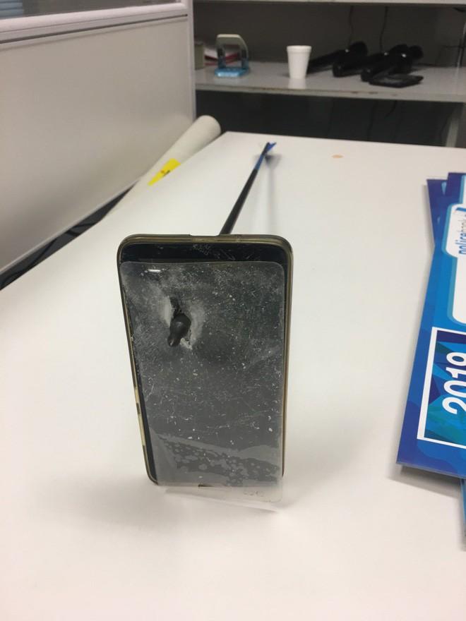 Hú hồn thanh niên Úc: Smartphone đỡ hộ mũi tên của kẻ lạ mặt, may mắn thoát chết trong gang tấc - Ảnh 2.