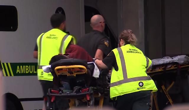 Người mẹ tuyệt vọng chờ tin con trong vụ thảm sát thánh đường Hồi giáo ở New Zealand - Ảnh 1.