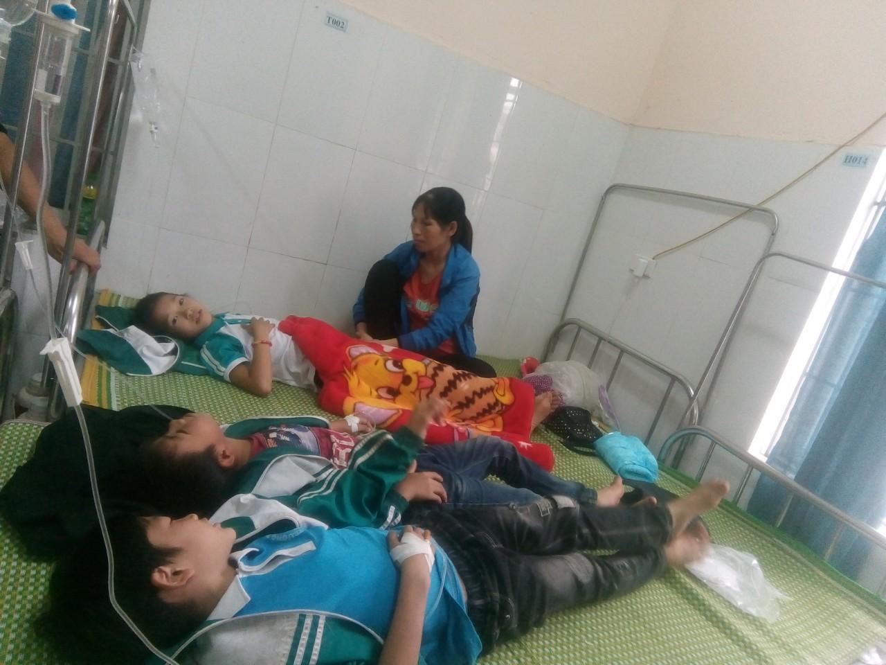 24 học sinh tiểu học ngộ độc nghi do uống sữa nhà trường phát - Ảnh 1.