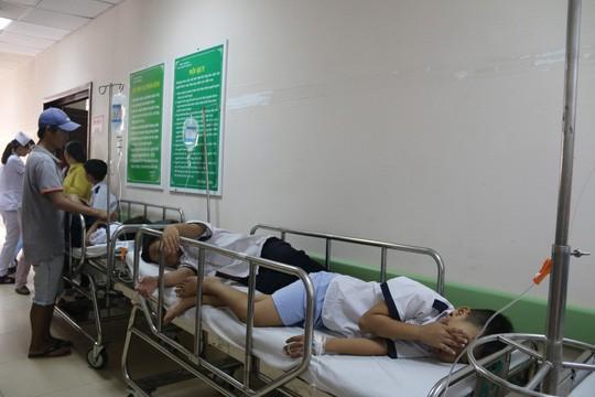 38 học sinh được đưa đến bệnh viện khẩn cấp sau bữa tiệc sinh nhật - Ảnh 2.