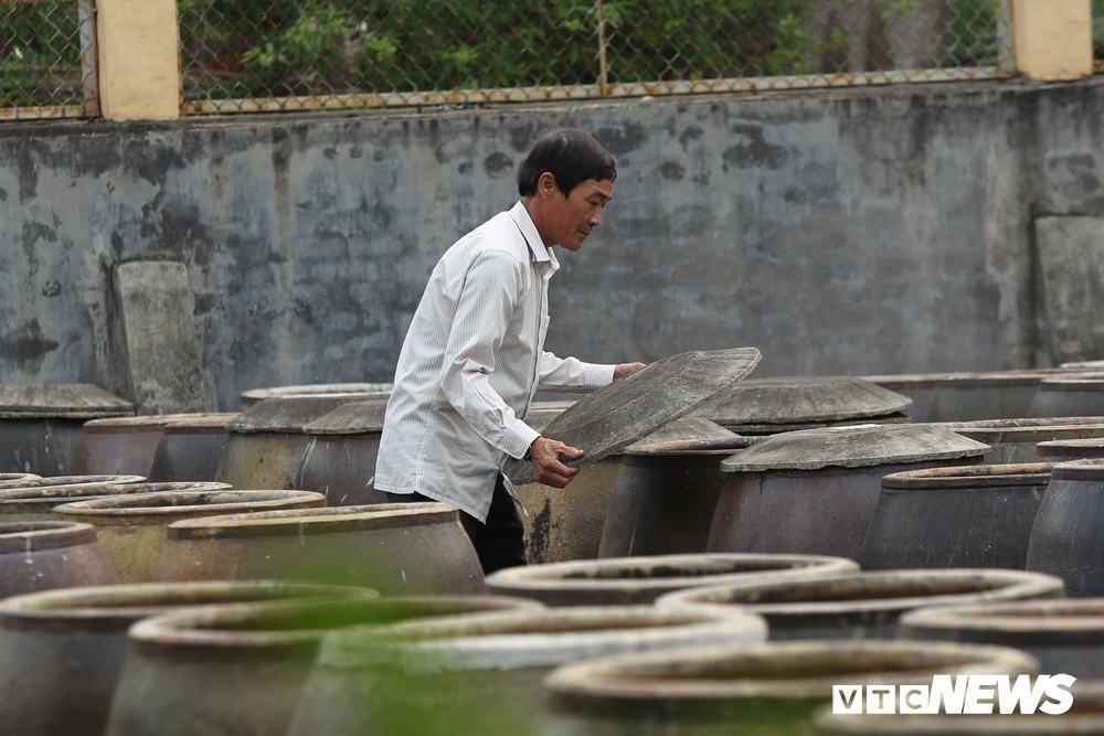 Ảnh: Cận cảnh quy trình sản xuất nước mắm truyền thống, 2 năm mới cho ra thành phẩm - Ảnh 4.