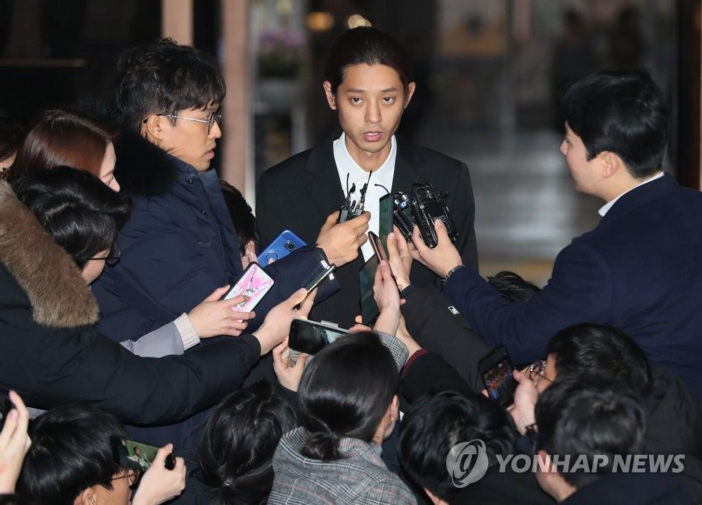 Mâu thuẫn đáng chú ý giữa lời khai của Seungri, Jung Joon Young trong phiên thẩm vấn và khi trả lời báo giới - Ảnh 2.
