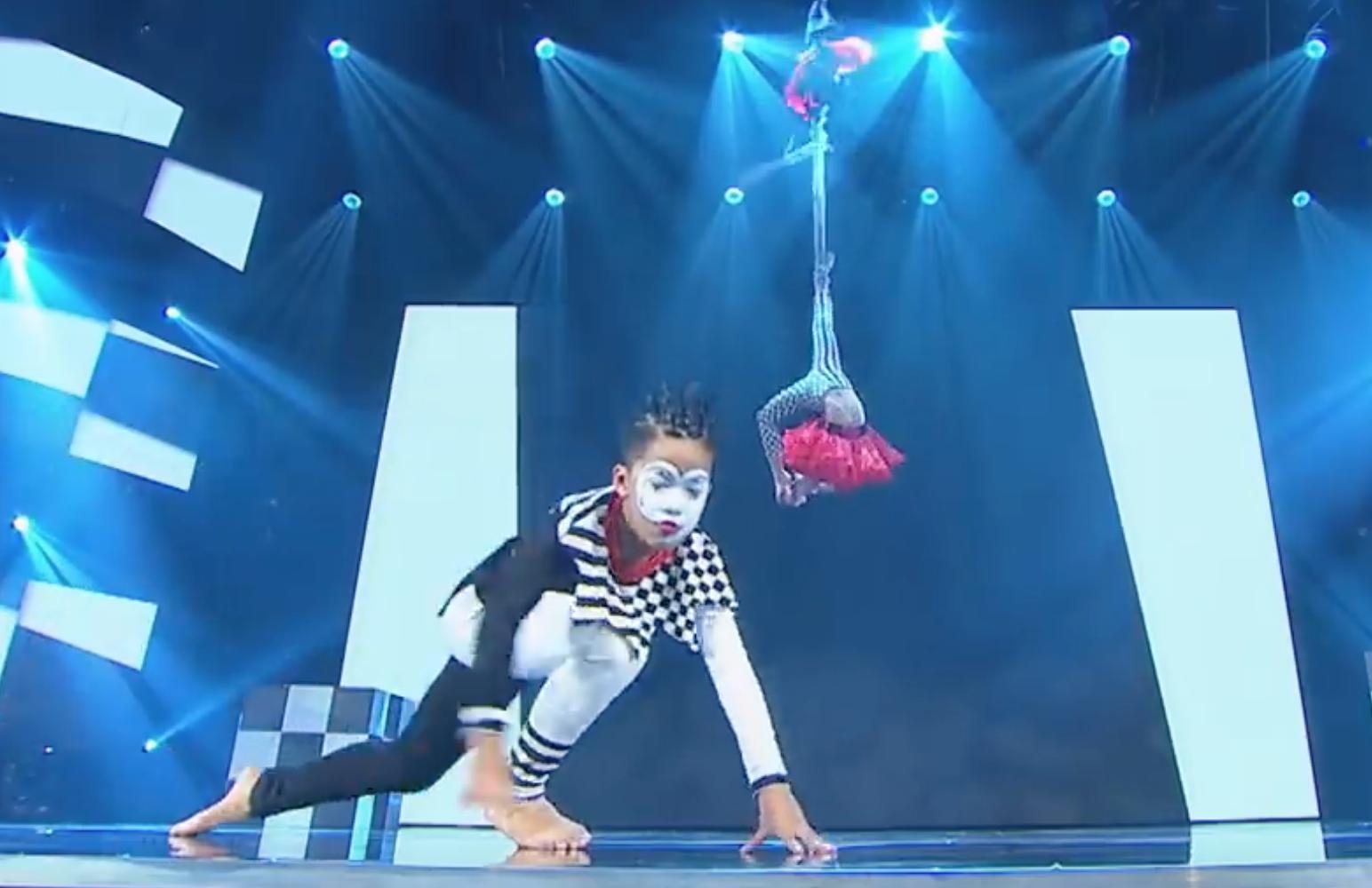 Asias Got Talent: Cặp đôi nhí Việt Nam khiến giám khảo thót tim với màn thả người trên không - Ảnh 3.