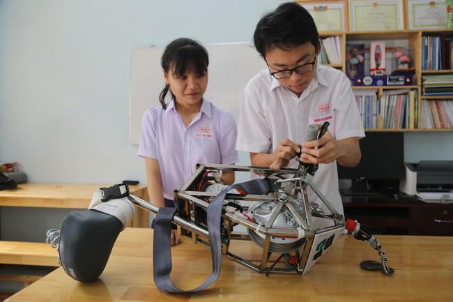 Học sinh chế tạo thành công thiết bị thoát hiểm khi xảy ra cháy tại chung cư cao tầng - Ảnh 1.