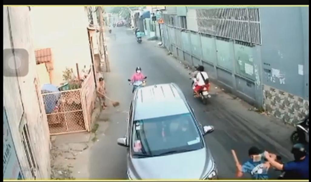Nhóm thanh niên dùng hung khí truy sát người đàn ông giữa ban ngày ở Sài Gòn - Ảnh 2.