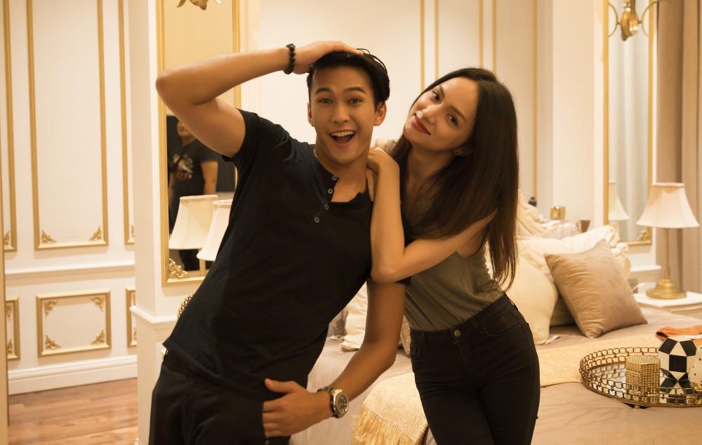 Phillip thân thiết đi chơi cùng Hương Giang sau màn xuất hiện chớp nhoáng trong MV mới khiến dân mạng nhiệt tình ghép đôi - Ảnh 4.