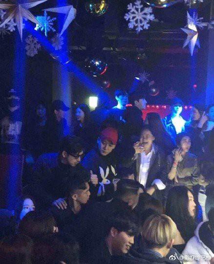 Những dân chơi khét tiếng Cbiz bị tung ảnh nốc rượu hết mình tại quán bar của Seungri, loạt hotgirl bị réo tên - Ảnh 1.