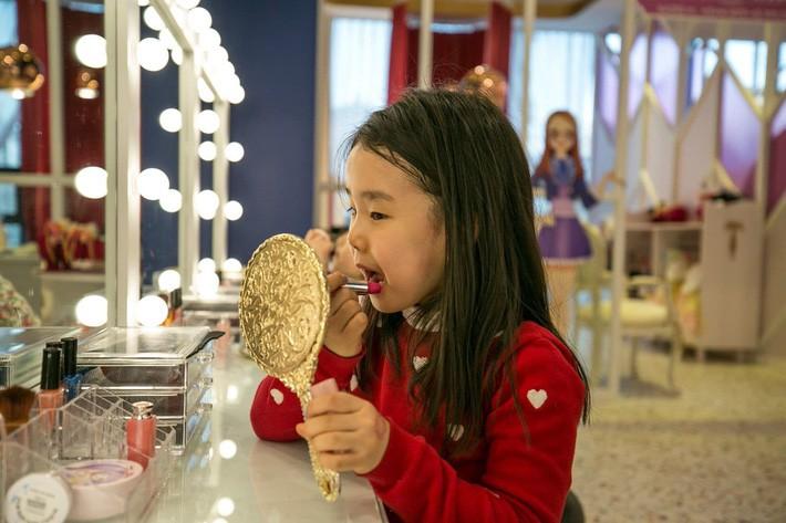 """Trẻ em Hàn Quốc thi nhau trang điểm, mỹ phẩm trở thành """"đồ chơi thế hệ mới"""" - Ảnh 2."""