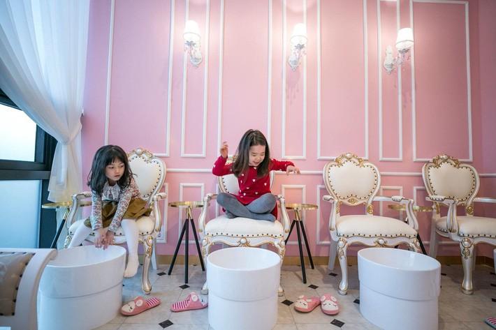 """Trẻ em Hàn Quốc thi nhau trang điểm, mỹ phẩm trở thành """"đồ chơi thế hệ mới"""" - Ảnh 5."""