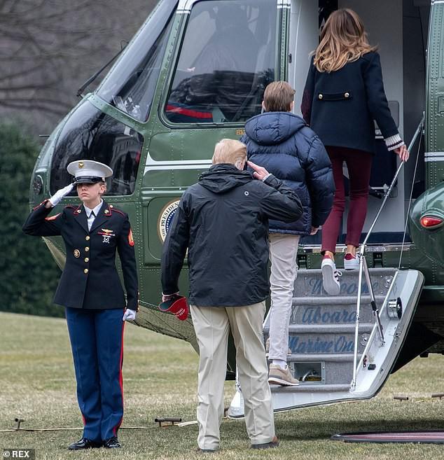Xuất hiện lạnh lùng, không một nụ cười, quý tử nhà Trump vẫn gây sốt bởi vẻ ngoài hút hồn, nổi trội hơn cả bố mẹ với chiều cao gây choáng - Ảnh 5.