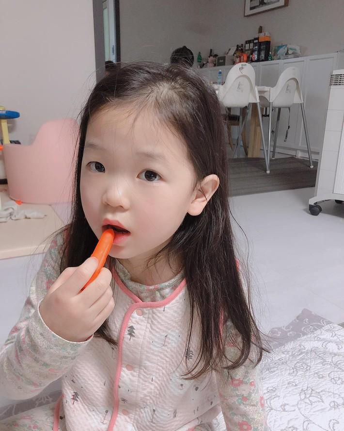 """Trẻ em Hàn Quốc thi nhau trang điểm, mỹ phẩm trở thành """"đồ chơi thế hệ mới"""" - Ảnh 7."""