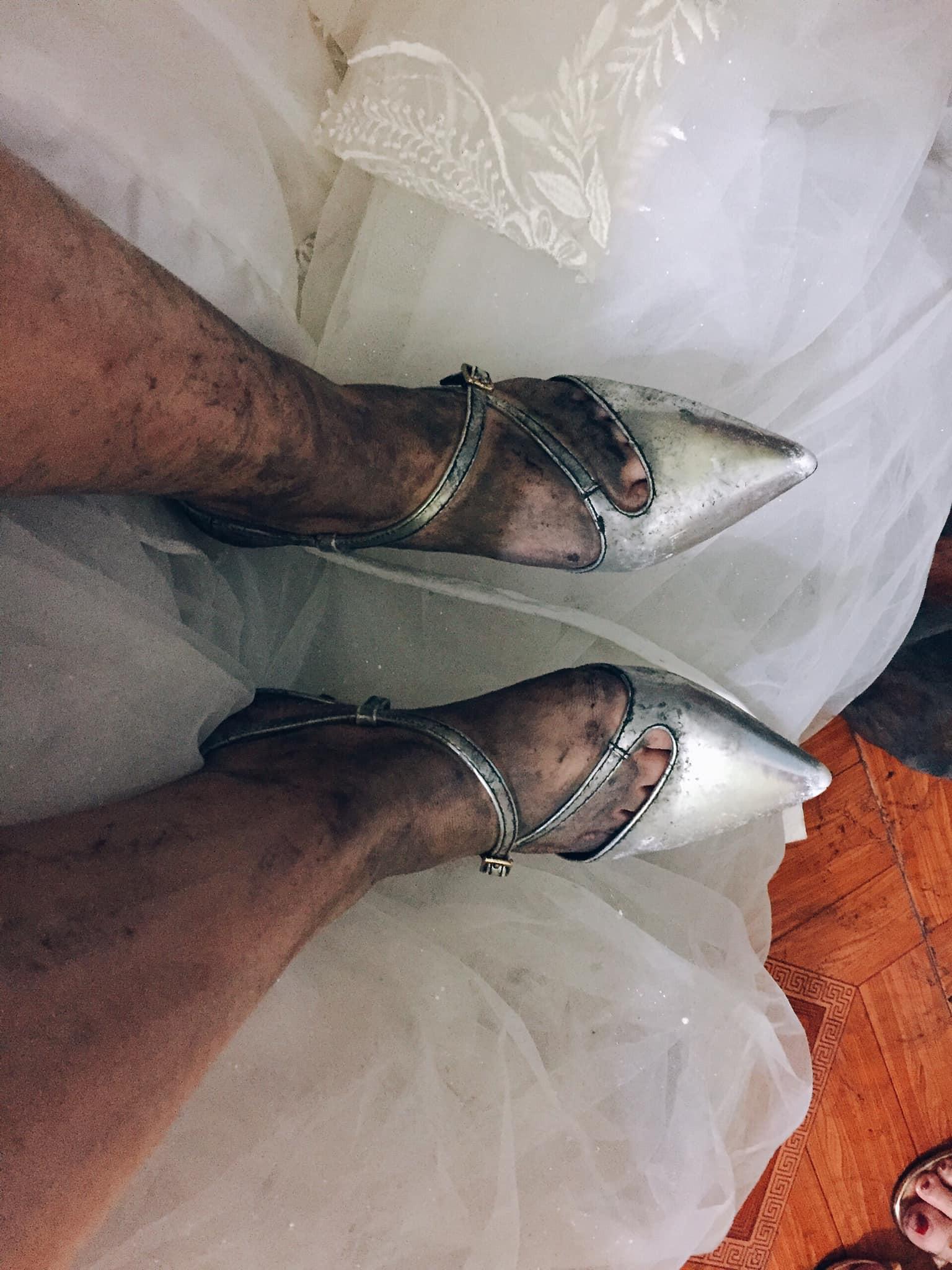 Nhìn hình ảnh đôi chân lấm lem của cô dâu trong ngày mưa, dân mạng ngay lập tức đoán được lấy chồng về đâu - Ảnh 1.