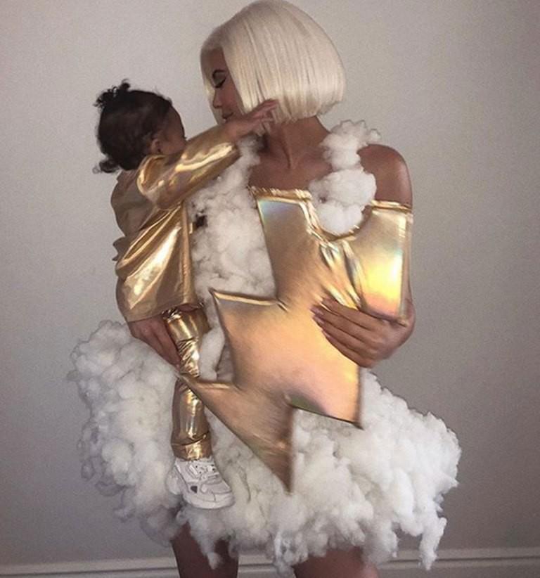 Những lần diện đồ đôi siêu đỉnh của Kylie Jenner và con gái đầu lòng - Ảnh 7.