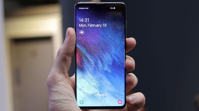 Samsung Galaxy S10 tự động bật sáng màn hình khi để trong túi gây hao pin - Ảnh 1.