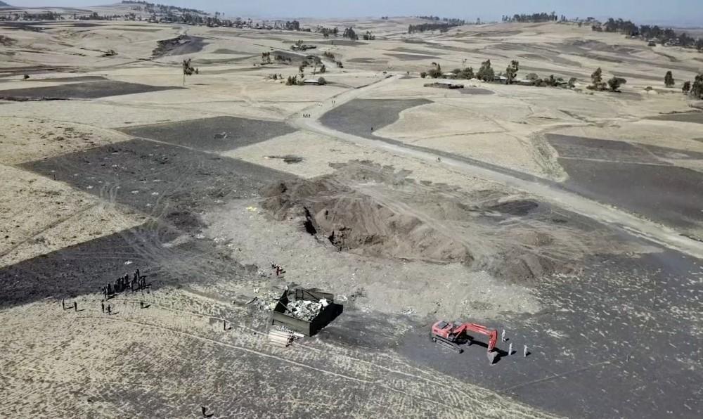 Rơi máy bay ở Ethiopia: Gia đình nạn nhân nhận 1kg đất ở hiện trường để an táng - Ảnh 1.