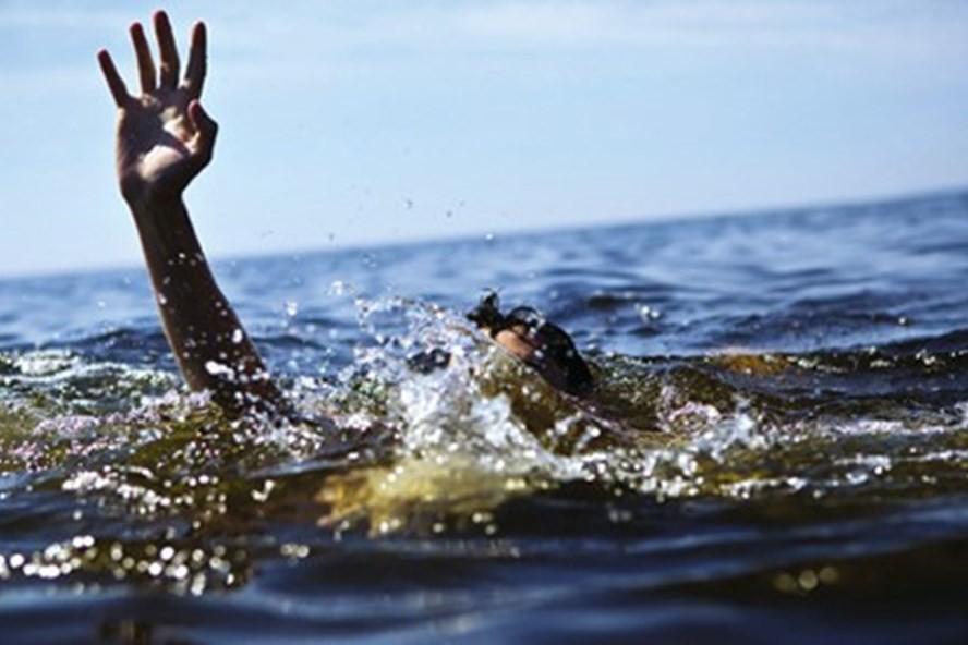 Không biết bơi, 3 cháu bé rủ nhau đi tắm rồi bị đuối nước - Ảnh 1.