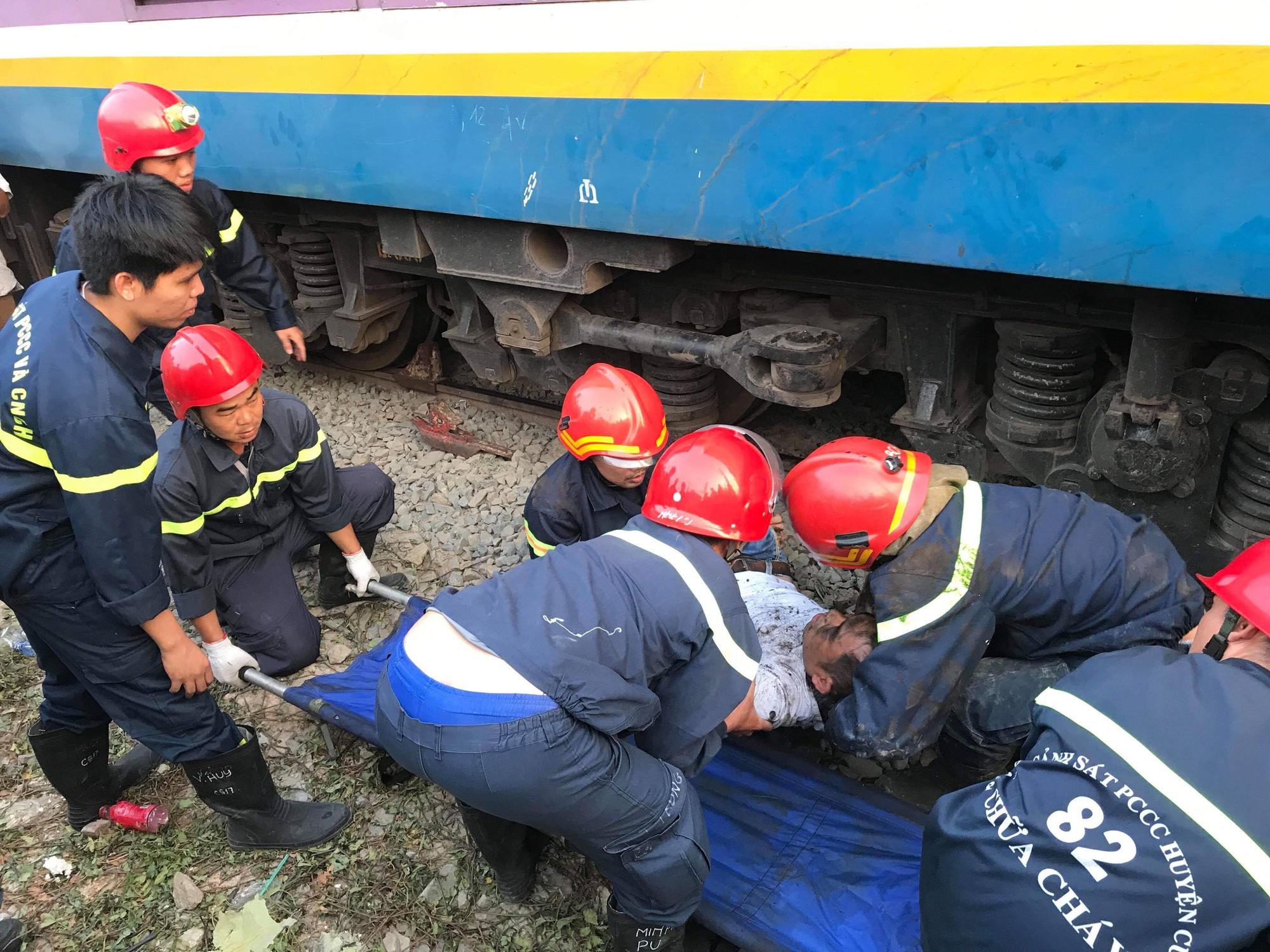 Hàng chục cảnh sát giải cứu người đàn ông mắc kẹt dưới gầm tàu hỏa - Ảnh 2.